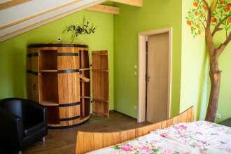 Fass-Schrank im Schlafzimmer der Ferienwohnung