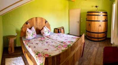 Schlafzimmer mit Fass-Betten in der Ferienwohnung Fass 2