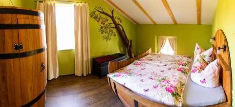 Panoramaansicht Schlafzimmer der Fass-Ferienwohnung 2